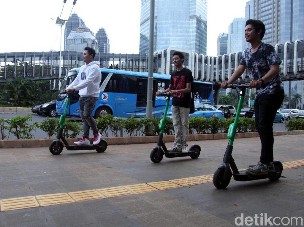 Saat ini, penyewaan skuter listrik juga ada di parkiran mal hingga kafe di sejumlah titik di Jakarta. Dishub DKI tidak mempersalahkan jasa penyewaan asal di lokasi itu ada jalur sepeda.