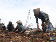Melihat Emak-emak Pekerja Keras di Pembelahan Kapal Cilincing