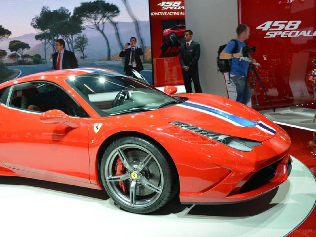 Soal performa,Ferrari Model 458 Specialebisa meraih kecepatan dari 0-100 km/jam hanya dalam waktu 3 detik, dan 0-200 km/jam dalam waktu hanya 9,1 detik. Untuk mendukung kinerjanya, Ferrari Model 458 Speciale dilengkapi fitur Side Slip Control (SSC) dan kontrol traksi.Foto: Pool (evo.co.uk)