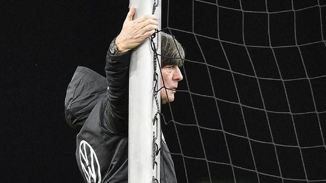 Pelatih timnas Jerman Joachim Loew memantau latihan. Dalam dua edisi terakhir timnas Jerman hanya mampu menjadi semifinalis Piala Eropa. (AP Photo/Martin Meissner)