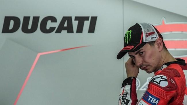 Jorge Lorenzo memutuskan pindah ke Ducati untuk MotoGP 2017. (Photo by MOHD RASFAN / AFP)