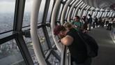 Pengunjung di Tokyo Skytree, Tokyo, Jepang, Tokyo Skytree merupakan tertinggi di dunia. (AP Photo/Jae C. Hong)