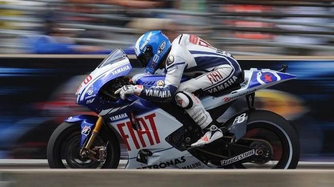 Dua kali juara dunia 250cc, Jorge Lorenzo naik kelas ke MotoGP dan bergabung ke Yamaha. Ia langsung mencuri perhatian di musim debut pada 2008.(Photo by MARK RALSTON / AFP)