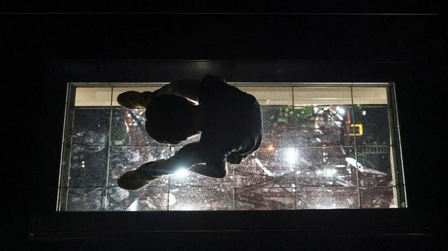 Di Tokyo Tower ada area dengan lantai kaca, sehingga pengunjung bisa melihat pemandangan di bawahnya secara tembus pandang. (AP Photo/Jae C. Hong)