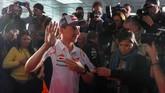 Jorge Lorenzo mengucapkan terima kasih kepada awak media yang hadir di konferensi pers darurat tersebut. (JOSE JORDAN / AFP)