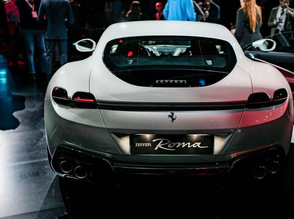 Bahasa mobil yang coba ditampilkan clean design dan minimalis tanpa harus banyak memunculkan banyak lubang pada bagian body-nya. Namun jangan ditanya soal performanya. Foto: Ferrari