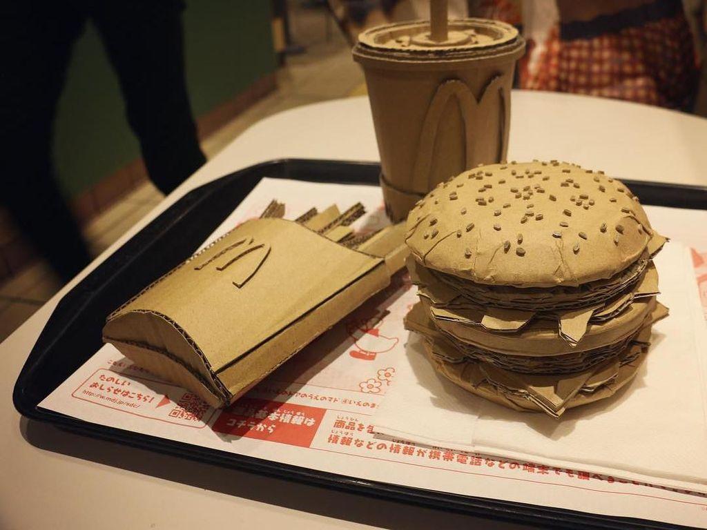 I made McDonalds Big Mac Setusing cardboard!, tulis Monami di keterangan foto. Jangan terkecoh dengan tampilannya ya! Foto: Instagram monamincb