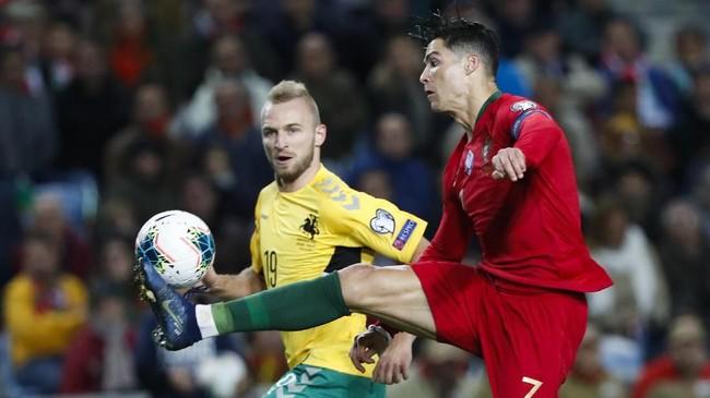 Cristiano Ronaldo sudah mencetak gol di menit ketujuh lewat tendangan penalti, dan gol kedua di menit ke-22.(AP Photo/Armando Franca)