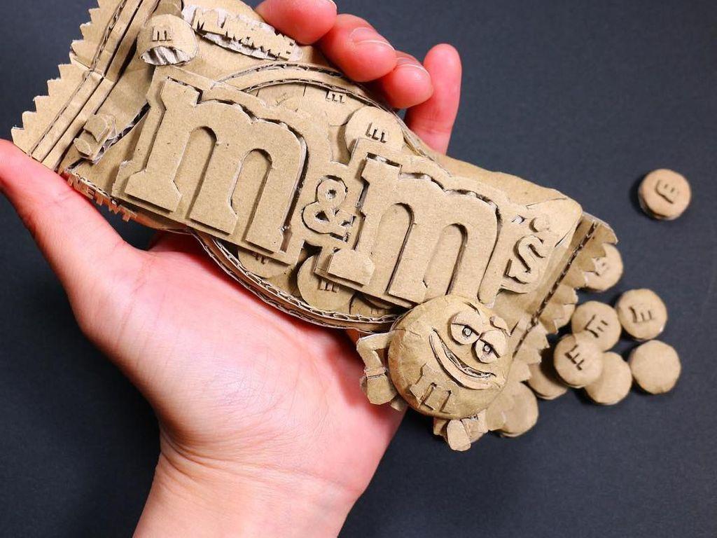 Tanpa mesin, Monami hanya memanfaatkan alat-alat sederhana untuk membuat karya seni detail seperti ini. Misalnya saja gunting, cutter, penggaris, dan lem. Foto: Instagram monamincb