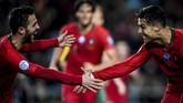 Portugal mengakhiri babak pertama dengan keunggulan 2-0 yang kedua golnya dicetak oleh Ronaldo. (Photo by PATRICIA DE MELO MOREIRA / AFP)