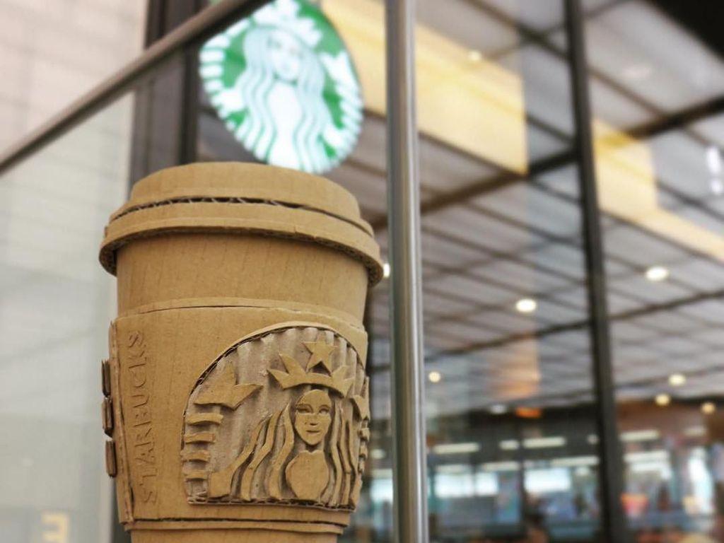 Starbucks juga jadi inspirasi Monami dalam berkarya. Kali ini ia memotret karyanya dengan latar gerai Starbucks. Foto: Instagram monamincb