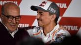 Jorge Lorenzo memeluk CEO Dorna Sports Carmelo Ezpeleta usai menggelar konferensi pers. Sebelumnya, Ezpeleta memberi saran kepada Lorenzo untuk memutuskan masa depannya. (JOSE JORDAN / AFP)