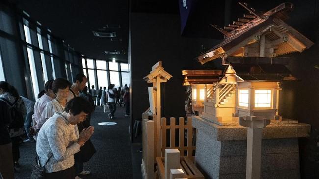 Pengunjung yang sedang beribadah di sudut gedung pencakar langit Tokyo Tower. Gedung ini merupakan yang kedua tertinggi di Jepang, setelahTokyo Metropolitan Government Building. (AP Photo/Jae C. Hong)