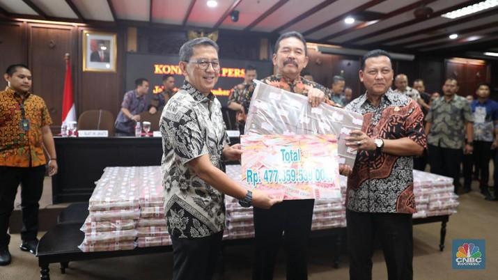 Melihat Uang Korup Rp 477 Miliar Setinggi Gedung Petronas!