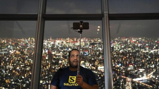 Tiket masuk ke Tokyo Skytree seharga 2.100 yen per orang (sekitar Rp270 ribu). (AP Photo/Jae C. Hong)