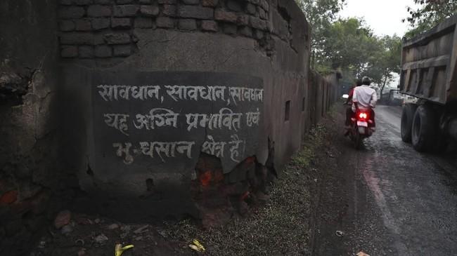 Dari sisi kesehatan, keberadaan tambang ini juga memicu penyakit pernapasan seperti TBC, bronkitis, dan asma.(AP Photo/Aijaz Rahi)