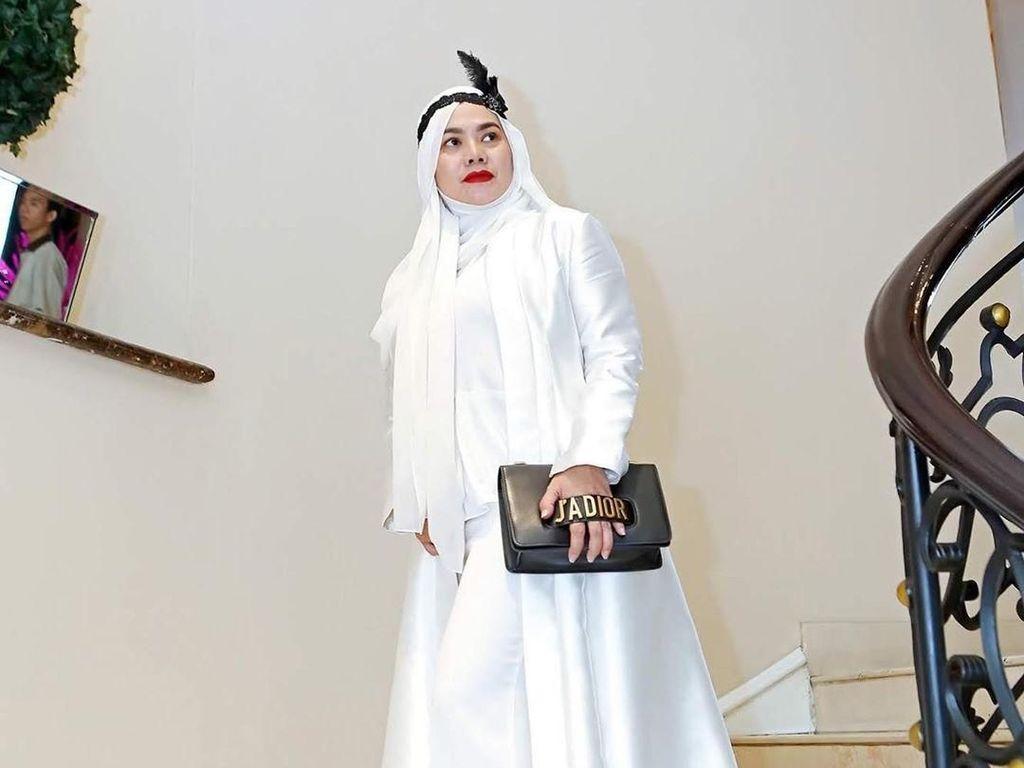 Potret Gaya Mewah Sarita Abdul Mukti yang Lagi dengan Dekat Vicky Prasetyo