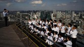 Selain bisa memandangi Tokyo dari ketinggian, pengunjung Roppongi Hills Mori Tower juga bisa menikmati karya seni yang dipajang di Mori Art Museum. (AP Photo/Jae C. Hong)