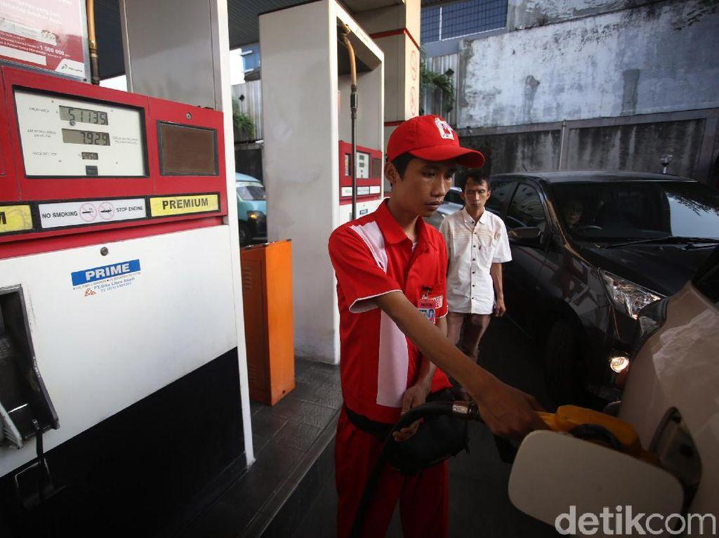 Sejumlah kendaraan sedang mengisi BBM bersubsidi jenis premium di salah satu SPBU di Jakarta, Jumat (15/11/2019).