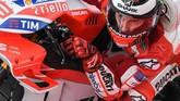 Jorge Lorenzo tampil buruk di musim perdana bersama Ducati namun menunjukkan performa signifikan di musim kedua. (Photo by MOHD RASFAN / AFP)