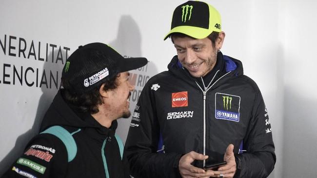 Pebalap Petronas Yamaha Franco Morbidelli (kiri) berbicara dengan Valentino Rossi dalam konferensi pers jelang MotoGP Valencia 2019 yang digelar usai preskon Jorge Lorenzo. (JOSE JORDAN / STR / AFP)