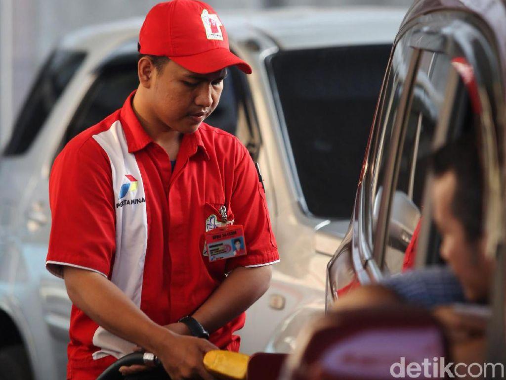 Hingga kini antrean kendaraan yang mengisi BBM jenis premium masih sering dijumpai di SPBU.