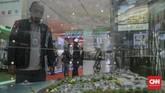 Seorang pengunjung sedang melihat maket dalam pameran properti yang diselenggarakan di JCC yang dibuka untuk umum dan gratis hingga 24 November 2019 mendatang. (CNN Indonesia/Bisma Septalism)