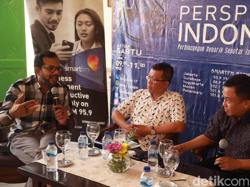 Hadir dalam diskusi tersebut (kiri-kanan) Direktur Eksekutif Lokataru Haris Azhar, Pengamat Gerakan Islam dari Universitas Islam Negeri (UIN) Jakarta Zaki Mubarak, moderator Ichan Leelulembah dan Direktur Deradikalisasi Badan Nasional Penanggulangan Terorisme (BNPT) Irfan Idris.