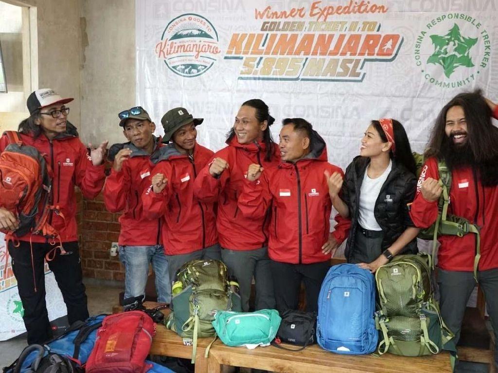 Consina, memfasilitasi semua perlengkapan dan persediaan tim yang berangkat ke Kilimanjaro. Selain Suhendra dan Agus, mereka juga didampingi oleh Disyon, juga pemandu Virgo Dirgantara, serta dua brand ambassador Consina, Adhin Abdul Hakim dan Patricia Ranieta.
