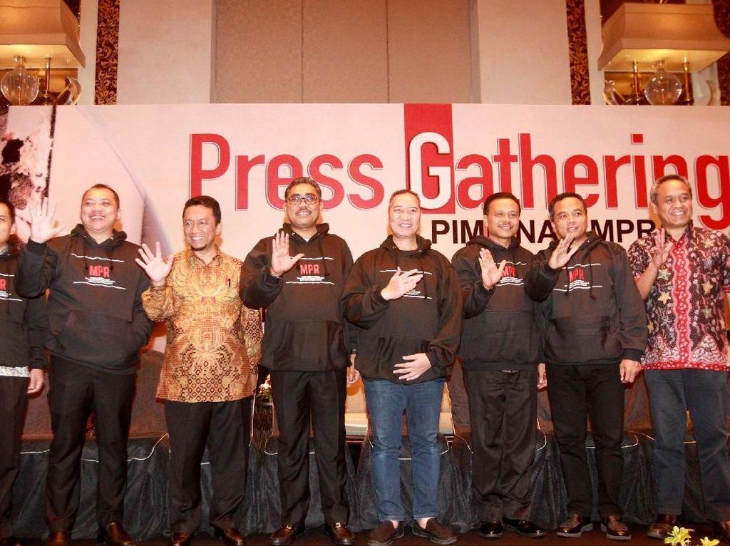 Turut hadir Wakil Ketua MPR Jazilul Fawaid yang didampingi Sekjen MPR Maruf Cahyono saat berfoto bersama pimpinan Fraksi-Fraksi MPR sebelum menggelar diskusi di Bali, Jumat (15/11) malam. Foto: dok. MPR