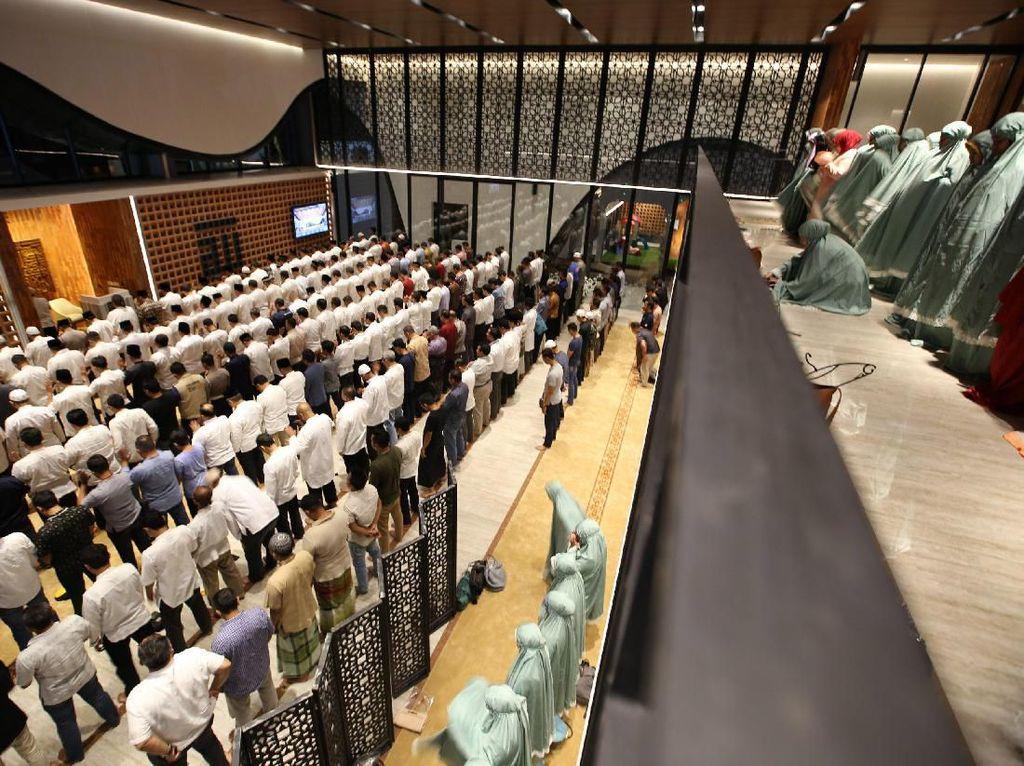 Masjid ini dapat menampung seribu jamaah.