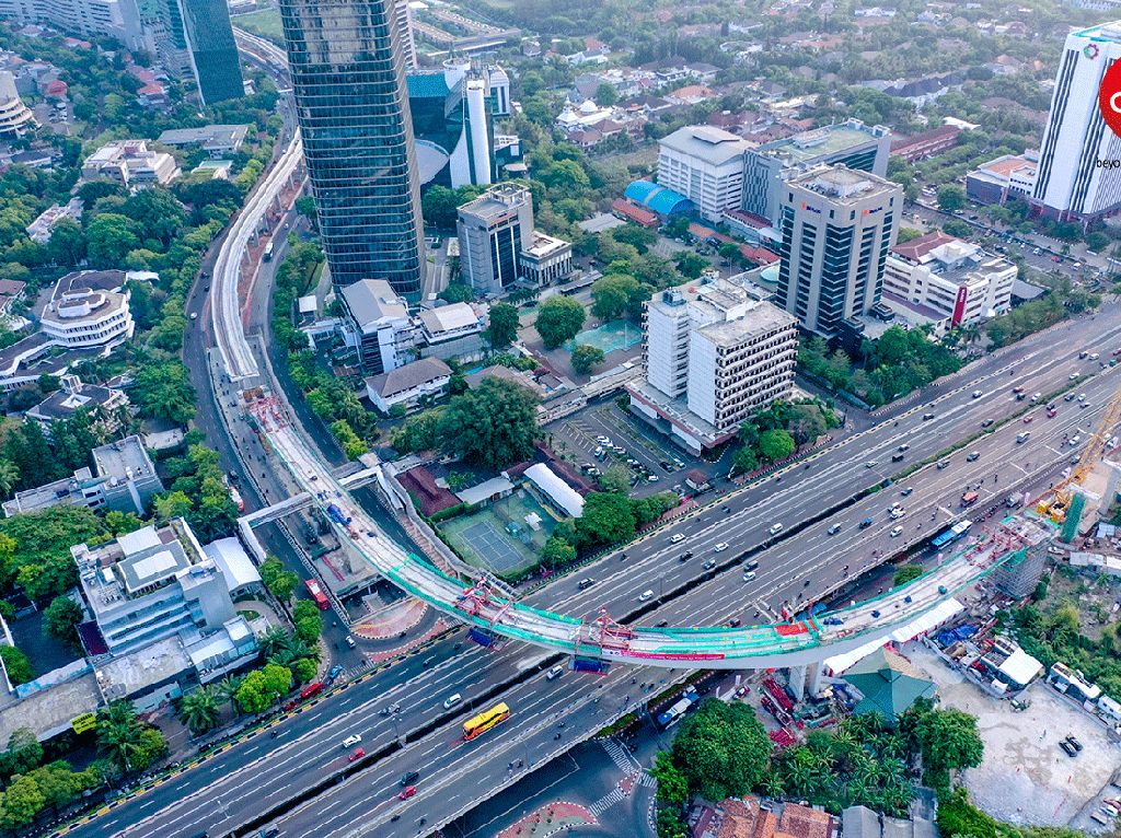 Mengutip Instagram Adhi Karya, jembatan lengkung bentang panjang Kuningan telah meraih dua rekor MURI, yakni Jembatan Kereta Box Beton Lengkung dengan Bentang Terpanjang di Indonesia dan Rekor Pengujian Axial Static Loading Test pada Pondasi Bored Pile dengan beban terbesar di Indonesia. Pool/PT Adhi Karya (Persero) Tbk.