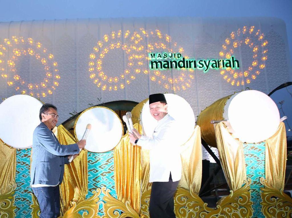 Masjid yang berada di Rest Area km 166 Tol Cikopo-Palimanan (Cipali) arah Cirebon di Majalengka, Jawa Barat, diresmikan oleh Direktur Utama Mandiri Syariah Toni EB Subari dengan pemukulan bedug.