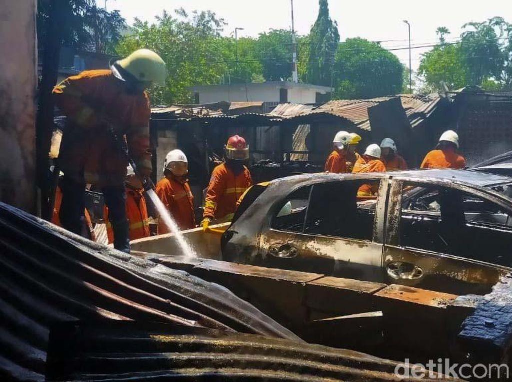 Akibat kebakaran ini, 10 unit mobil hangus terbakar.