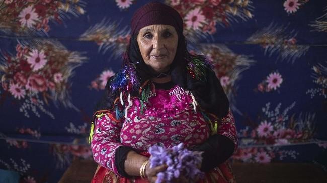 Biya Tamir, 60, merupakan salah satu petani safron yang telah puluhan tahun bergantung hidup dari panen safron. (AP Photo/Mosa'ab Elshamy)
