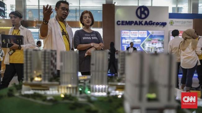 Seorang pengunjung sedang melihat pameran properti di JCC yang dibuka hingga 24 November 2019. (CNN Indonesia/Bisma Septalisma)