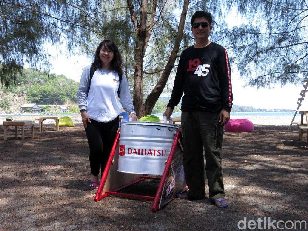 Daihatsu turut menyumbangkan tempat sampah untuk pantai yang banyak ditumbuhi pohon pinus ini.