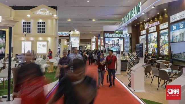 Pengembang menawarkan perumahan tapak dan hunian vertikal di sejumlah daerah dalam pameran properti di JCC, Sabtu (16/11). (CNN Indonesia/Bisma Septalisma)