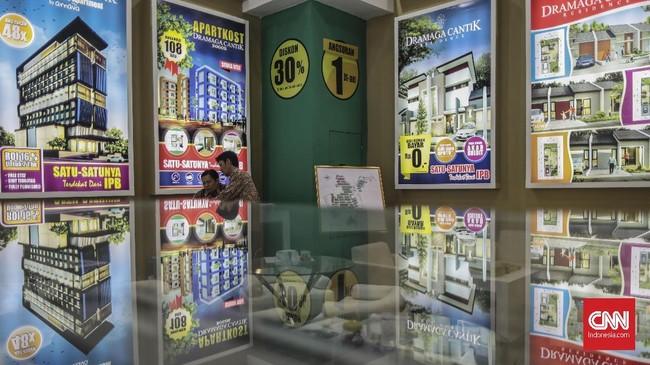 Berbagai jenis promo dari mulai poster, maket, hingga flyer mudah sekali ditemukan dalam Pameran Properti yang berlangsung di JCC selama sepekan ke depan tersebut.(CNN Indonesia/Bisma Septalism)