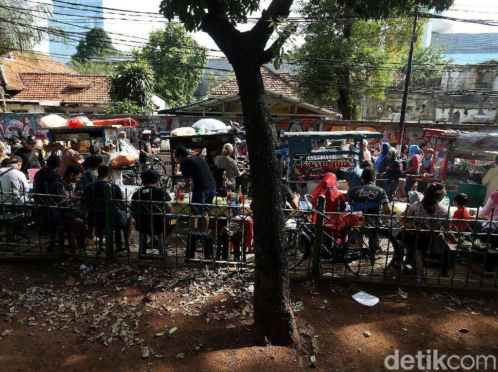 Para pembeli di zona PKL merupakan warga yang sebelumnya beraktivitas di acara car free day.