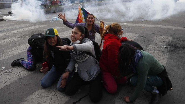 Selain korban meninggal, kelompok HAM yang bermarkas di Washington itu mencatat ada sekitar 122 orang terluka dalam demonstrasi sejak Jumat pekan lalu. (AP Photo/Natacha Pisarenko)