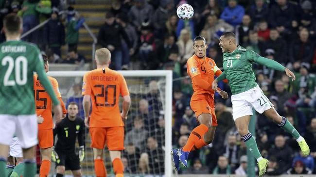 Bek timnas Belanda Virgil van Dijk duel dengan pemain Irlandia Utara Josh Magennis. Belanda bermain imbang tanpa gol melawan Irlandia Utara. (AP Photo/Peter Morrison)