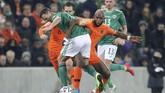 Pemain timnas Belanda Ryan Babel berebut bola dengan bek Irlandia Utara Jonny Evans pada laga Grup C Kualifikasi Piala Eropa 2020 di Windsor Park, Belfast. (AP Photo/Peter Morrison)
