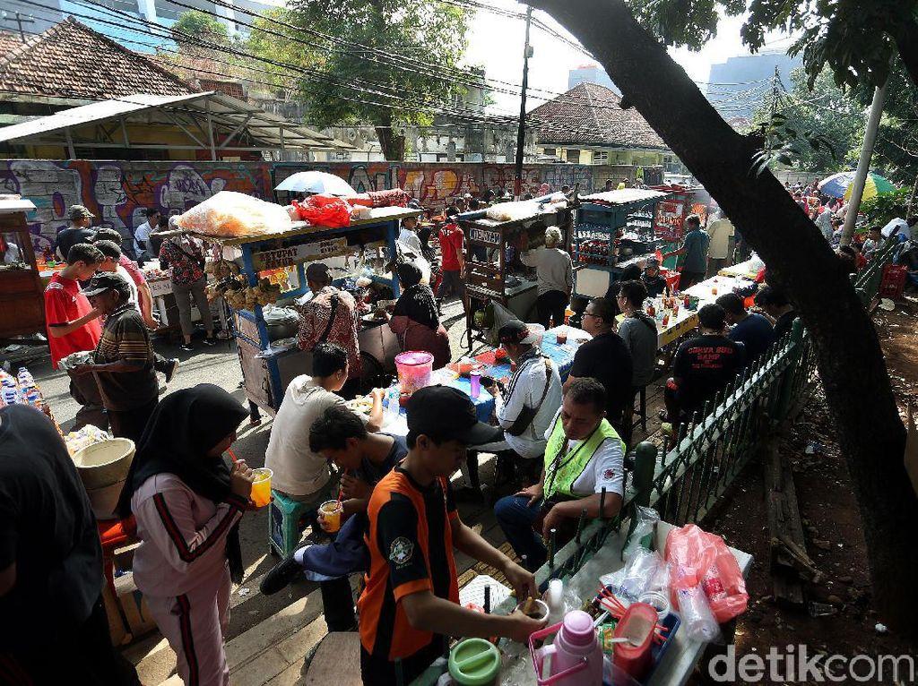 Para PKL itu menggelar lapaknya di pinggir Jalan Sumenep dan Pamekasan.