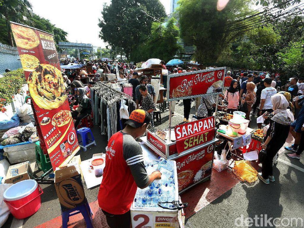 Para PKL yang sebelumnya berjualan di arena car free day kini menggelar lapaknya di Jalan Pamekasan dan Sumenep, Minggu (17/11/2019).