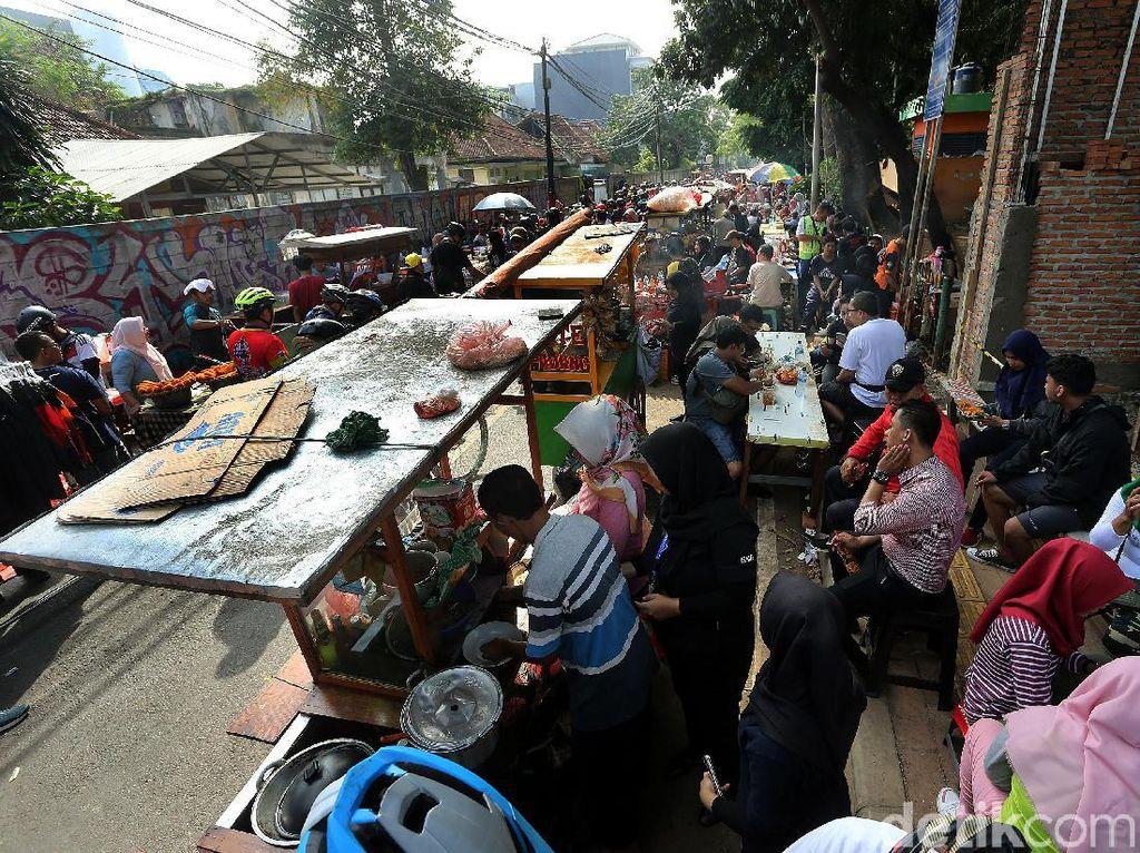 Zona PKL tersebut tampak didominasi oleh pedagang makanan seperti ketoprak hingga sate.