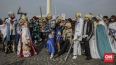 Para cosplayer melengkapi dandanan dengan rambut palsu, dan properti seperti yang tergambar, misalnya pedang. (CNN Indonesia/Bisma Septalisma)