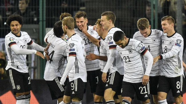 Leon Goretzka (tengah) menjadi salah satu pencetak gol Jerman ke gawang Belarusia. Sementara satu gol lainnya dicetak Matthias Ginter. (AP Photo/Martin Meissner)