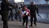Pihak oposisi menuding ada kecurangan dalam penghitungan suara, sehingga kemenangan Morales dipertanyakan. Sejak itu, massa turun ke jalan untuk melakukan protes. (AP Photo/Juan Karita)