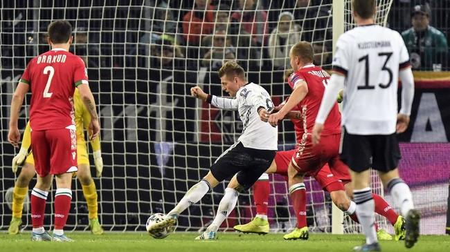 Timnas Jerman memastikan lolos ke Piala Eropa 2020 setelah menang 4-0 atas Belarusia di Moenchengladbach, Sabtu (16/11) malam waktu setempat. Toni Kross mencetak dua gol di laga ini. (AP Photo/Martin Meissner)